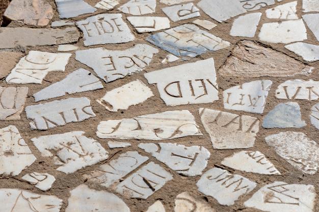 ラテン文字の大理石片で作られた古い舗装