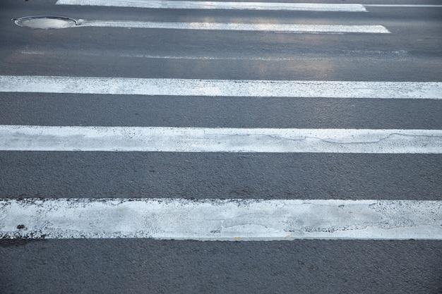 Старый пешеходный переход по асфальтированной дороге