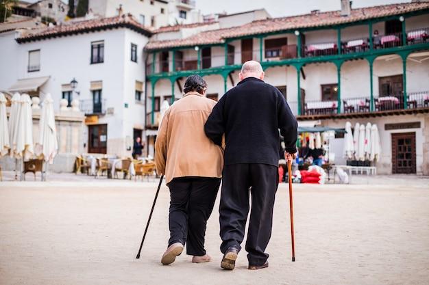 오래 된 연금 몇 함께 걷는입니다. 노인 남녀 사랑으로 스페인 친촌 여행