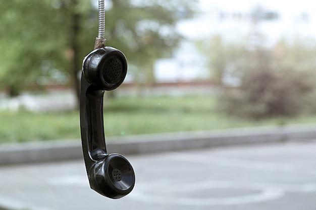 Старый телефон трубки. винтаж и ретро. телефонная будка в парке.