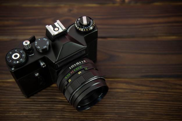 Старый фотоаппарат на деревянной поверхности