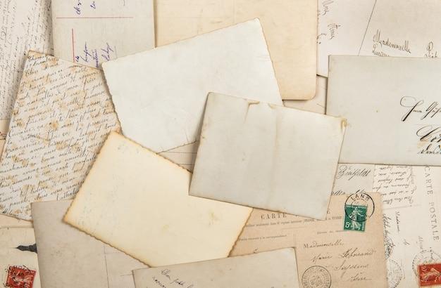 古い写真とビンテージポストカード。ノスタルジックな紙の背景