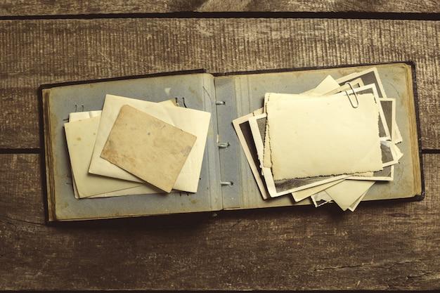 나무 테이블에 오래 된 사진