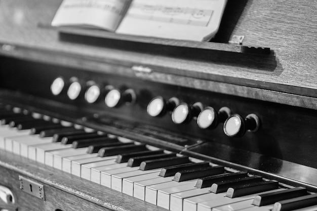 黒と白の古いピアノ。ノイズ。