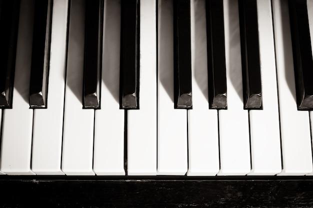 오래 된 피아노 키보드는 음악 배경으로 닫습니다. 흑백 이미지