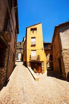 カタルーニャの町の古い絵のような家