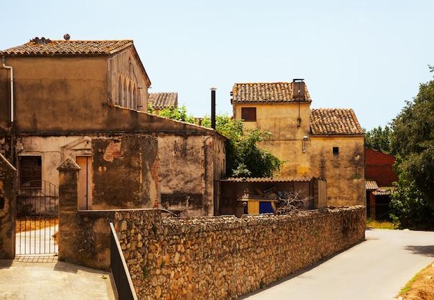 Старые живописные дома в каталонской деревне