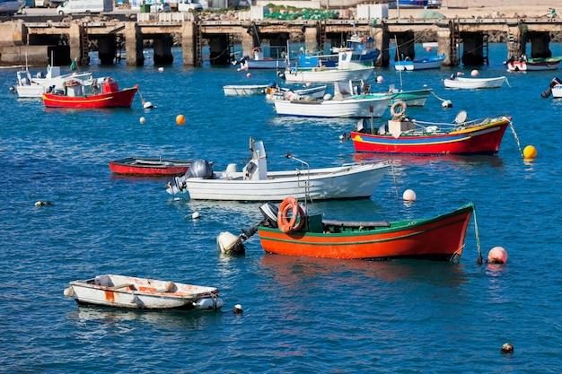 ポルトガル、サグレスのボートのある古い桟橋。晴れた日