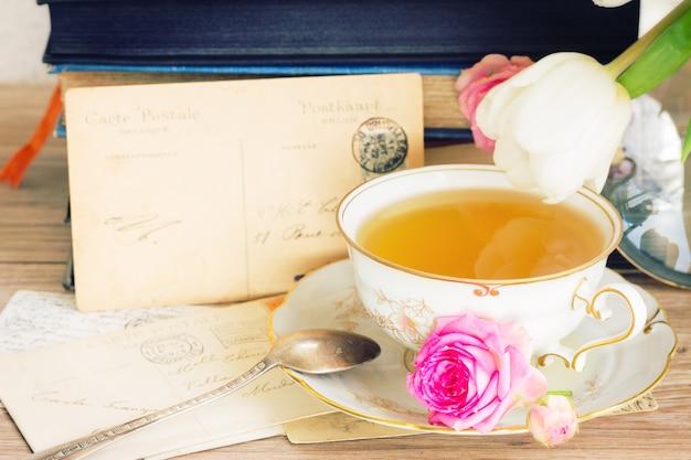 골동품 차 한잔과 함께 메일의 오래 된 더미