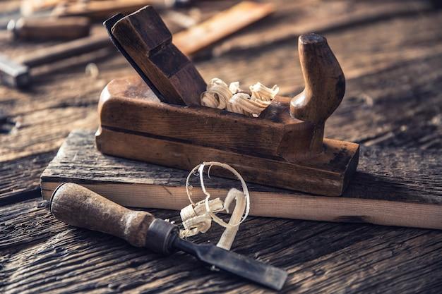 Старый строгальный станок и другие старинные столярные инструменты в столярной мастерской.