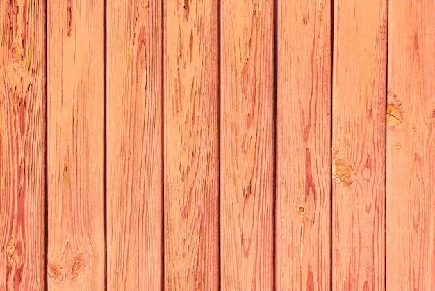 오래 된 판자 나무 산호 배경입니다. 오래 된 보드에 껍질을 벗기고 빨강 또는 주황색 페인트. 복사 공간