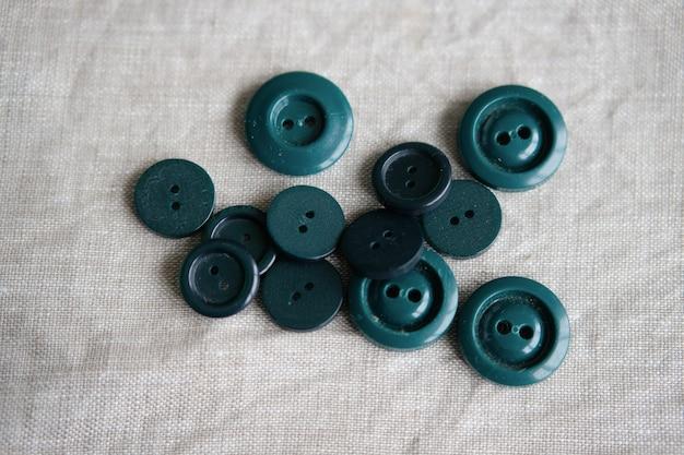 背景のさまざまな色の古いプラスチックボタン。着色 Premium写真