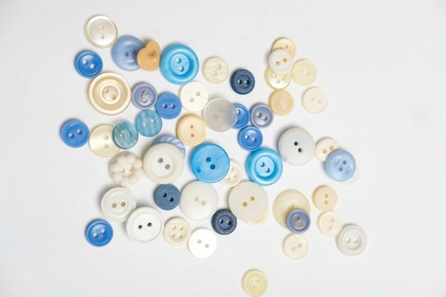 背景のさまざまな色の古いプラスチックボタン。着色