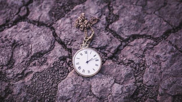 마른 땅에 오래 된 회중 시계