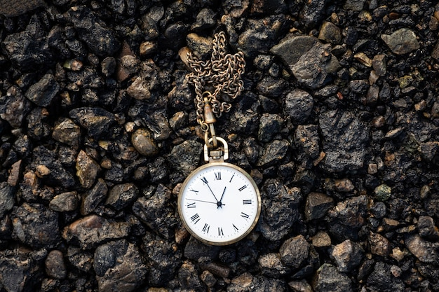 지상에 오래 된 회중 시계. 지나가는 시간의 개념
