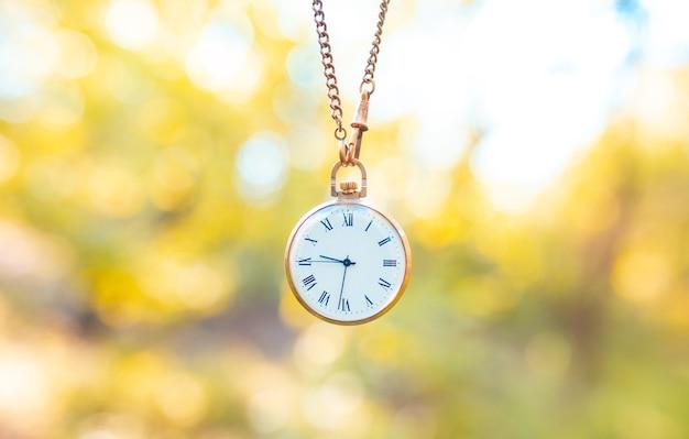 古い懐中時計。過ぎ去った時間の概念。