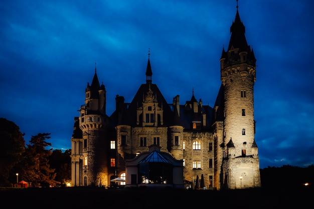 常夜灯のモシュナの村の古いポーランドの城