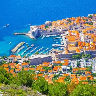 크로아티아 위에서 화창한 여름날 두브로브니크의 옛 항구