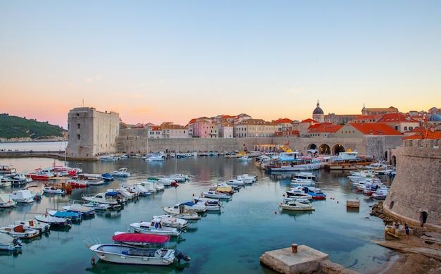 황혼, 크로아티아 두브로브니크에서 관광 및 낚시 보트와 오래 된 항구