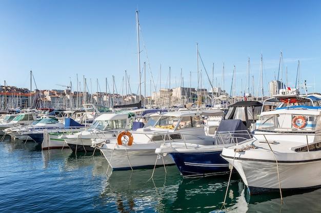Старый порт с яхтами и катерами в марселе. туризм и путешествия. солнечный день. красивый пейзаж.