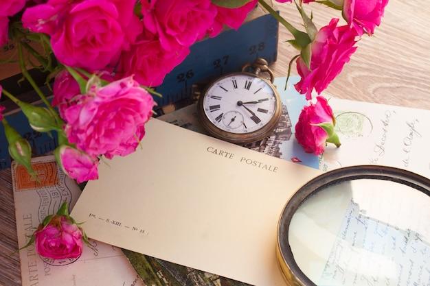 복사 공간 및 오래 된 시계와 오래 된 엽서 빈 bbackground