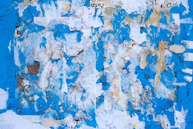 Старые плакаты. разорванные плакаты. рваная бумага