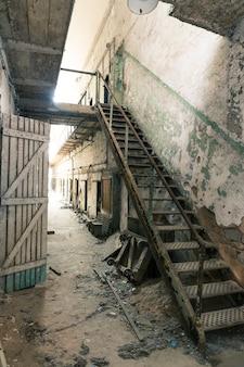 古い刑務所の廊下