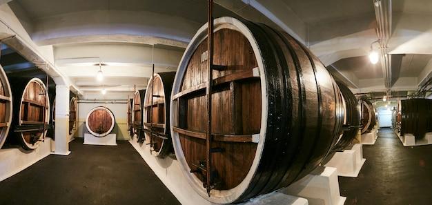 多くのオーク樽、ワイン生産のための設備を備えた古いプライベートワインセラー。セラーの古いオーク樽。