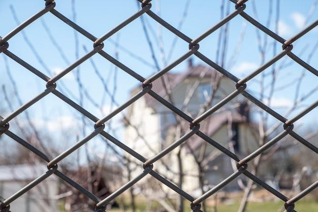 古い保護金属柵。閉じる