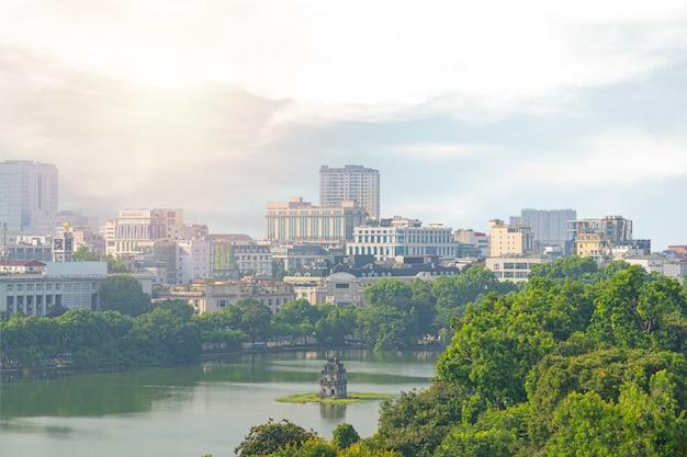 Старый квартал, ханой / вьетнам ориентир в городе и вид сверху моста гук