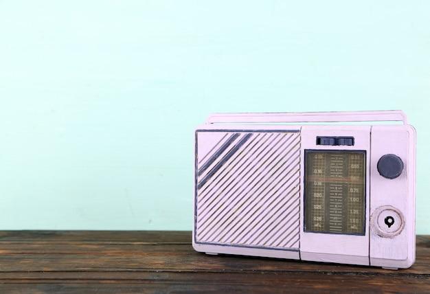 파랑에 나무 테이블에 설정하는 오래 된 라디오