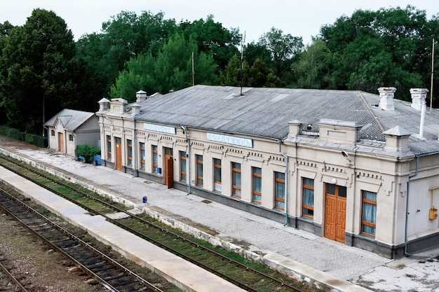 Старый вокзал с железными дорогами перед ним