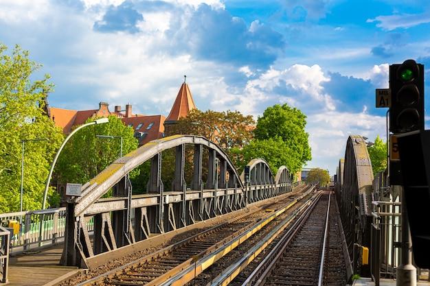 Старый железнодорожный мост в берлине, вид на старый город