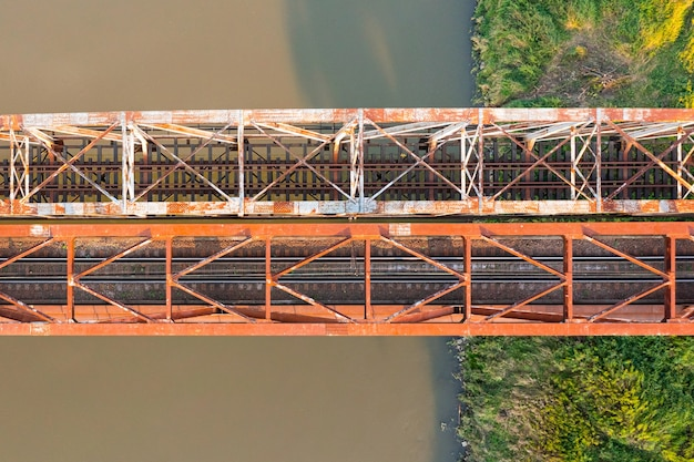 폴란드 오드라 강을 가로지르는 오래된 철도 다리