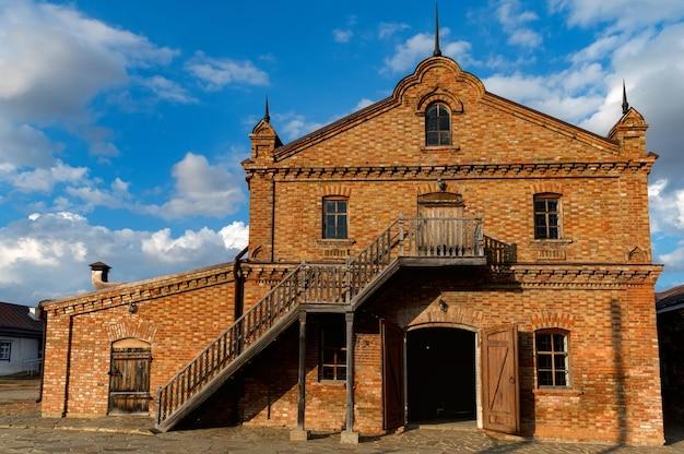 Старая мельница из красного кирпича. вид снаружи в осенний день