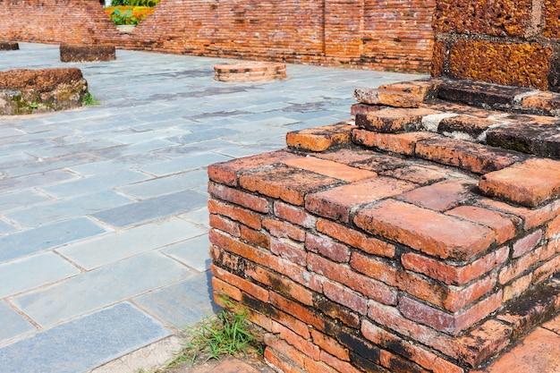 공원에서 시멘트 거리가 있는 오래된 붉은 벽돌 벽
