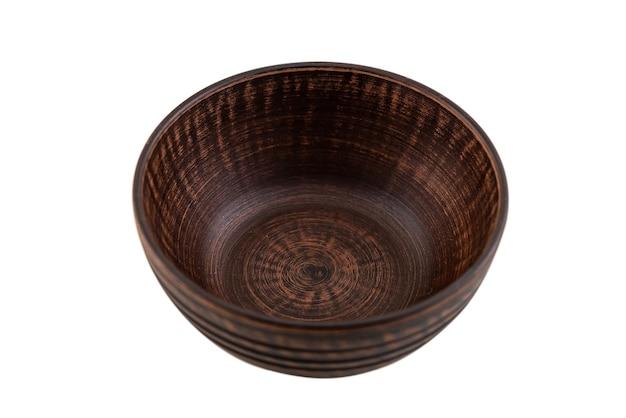 Старая керамическая тарелка из красной глины на белом фоне