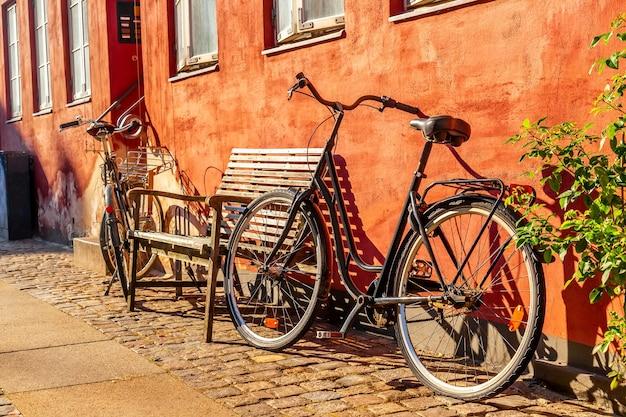 Старый красный дом в копенгагене с велосипедами