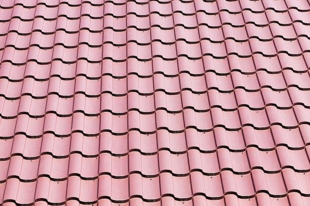 건물에 금속 지붕으로 만든 오래 된 빨간색