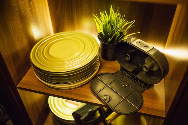 古いリールフィルム。古いヴィンテージ映画用カメラ。レトロやヴィンテージの背景。ビデオ機器。レトロなテクノロジー。古いアンティーク楽器。グランジテクスチャ。ビデオ制作