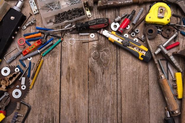 Старые инструменты ремонта на рабочем столе мастера.
