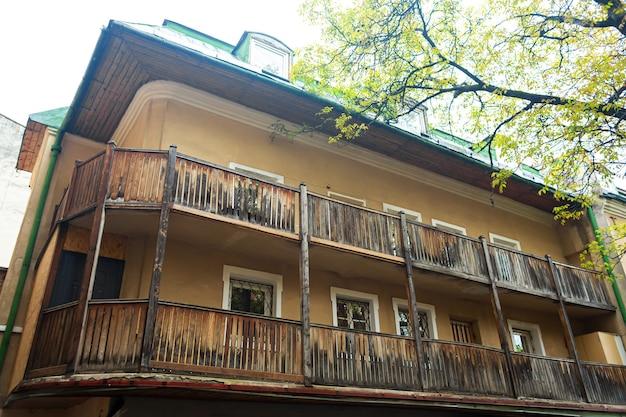 木製のバルコニー付きの古い住宅。古いヨーロッパの建築