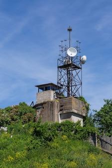 러시아 크론슈타트의 요새 암초에 새 안테나가 있는 오래된 응답자 비콘 타워
