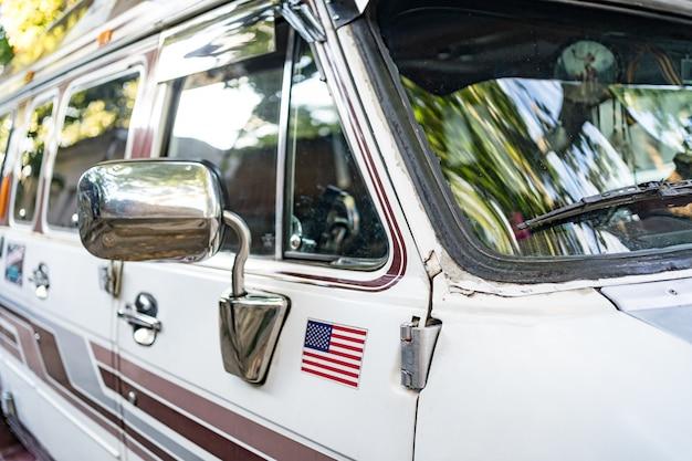 古いレトロなバス。荒い金属の表面の質感。ヴィンテージカーバス
