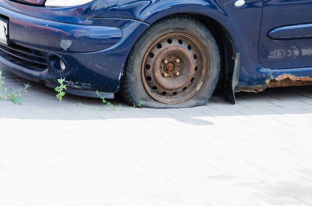 금속에 녹이 있는 오래 된 레트로 자동차. 측면보기. 녹슨 차체, 자동차 바닥 문턱