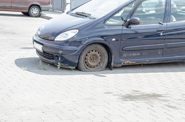 金属に錆びた古いレトロな車。側面図。さびたボディ、車の最下段