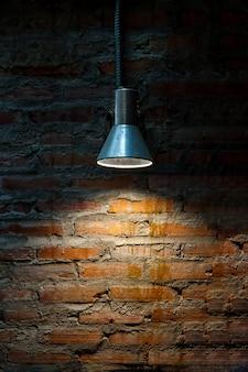 Старый ретро лампы на гранж кирпичной стене