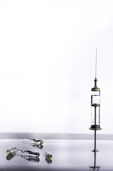 Старый ретро металлический медицинский шприц и аксессуары на столе