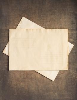 나무 배경에서 오래 된 복고풍 우편 봉투
