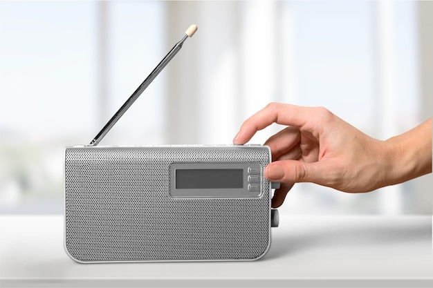 古いレトロなラジオと背景に手